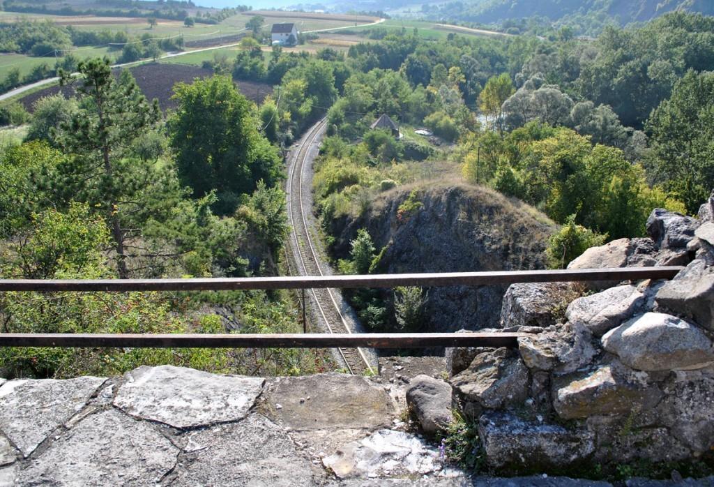 Pogled na prugu sa ostataka Stare Pavlice