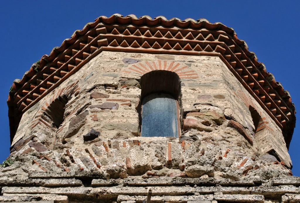 Kupola nad oltarskom apsidom sa tipično vizantijskim ciglenim frizom