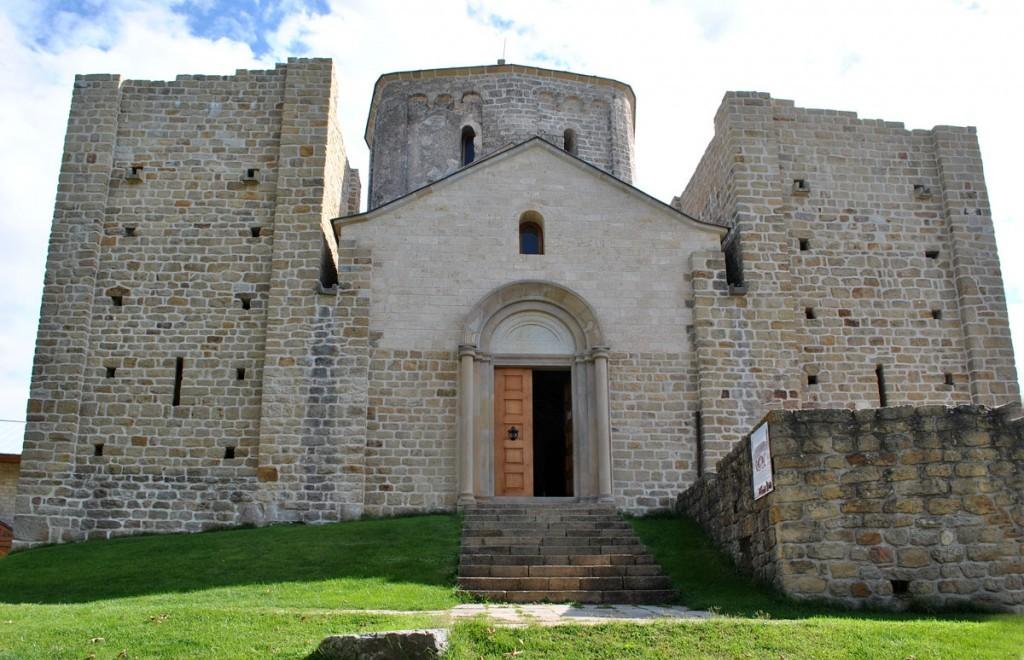 Pogled na zapadni ulaz i kule (obnovljene samo do neke visine)
