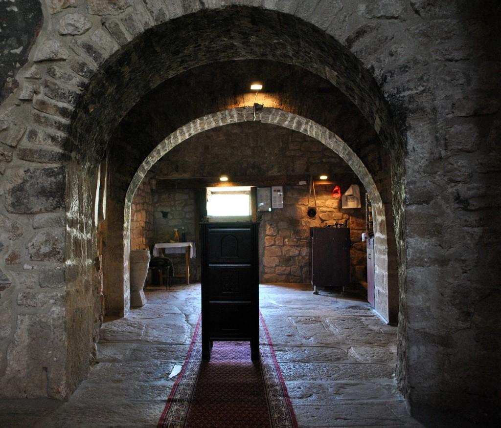 Pogled na zapadni zid i ulaz u crkvu
