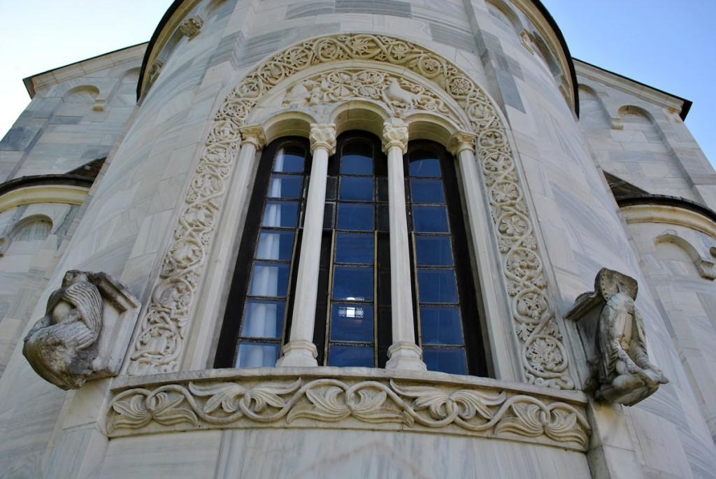 Trifora (trodelni prozor) na apsidi Bogorodičine crkve