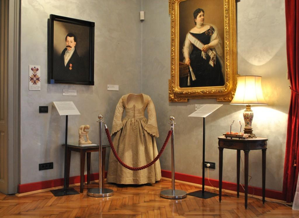 Na desnoj strani portret Jelene Grujić, supruge Jevrema Grujića, rad Steve Todorovića