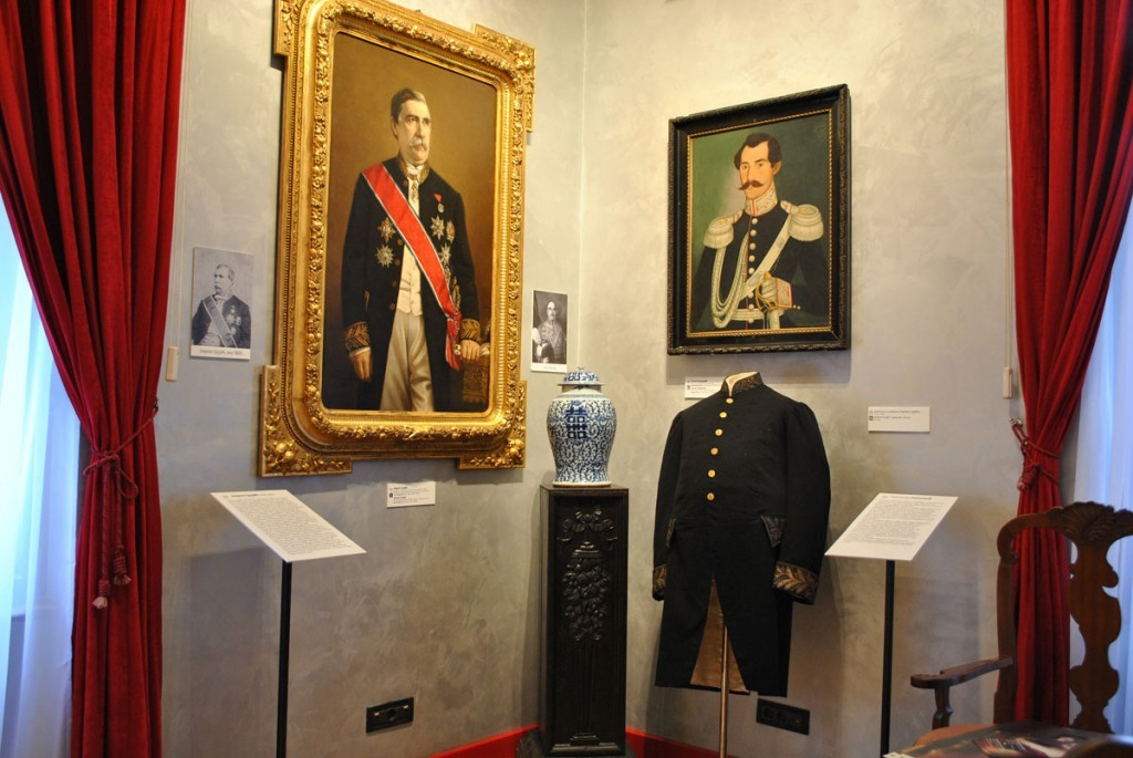 Na levoj strani portret Jevrema Grujića, rad Steve Todorovića