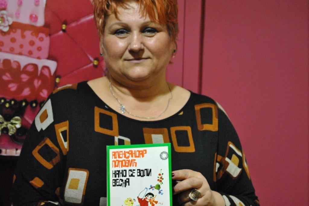 """Saradnica Vesna Bogdanović je pravo rođendanski dobila knjigu prigodnog naslova """"Kako se voli Vesna"""". Lako."""