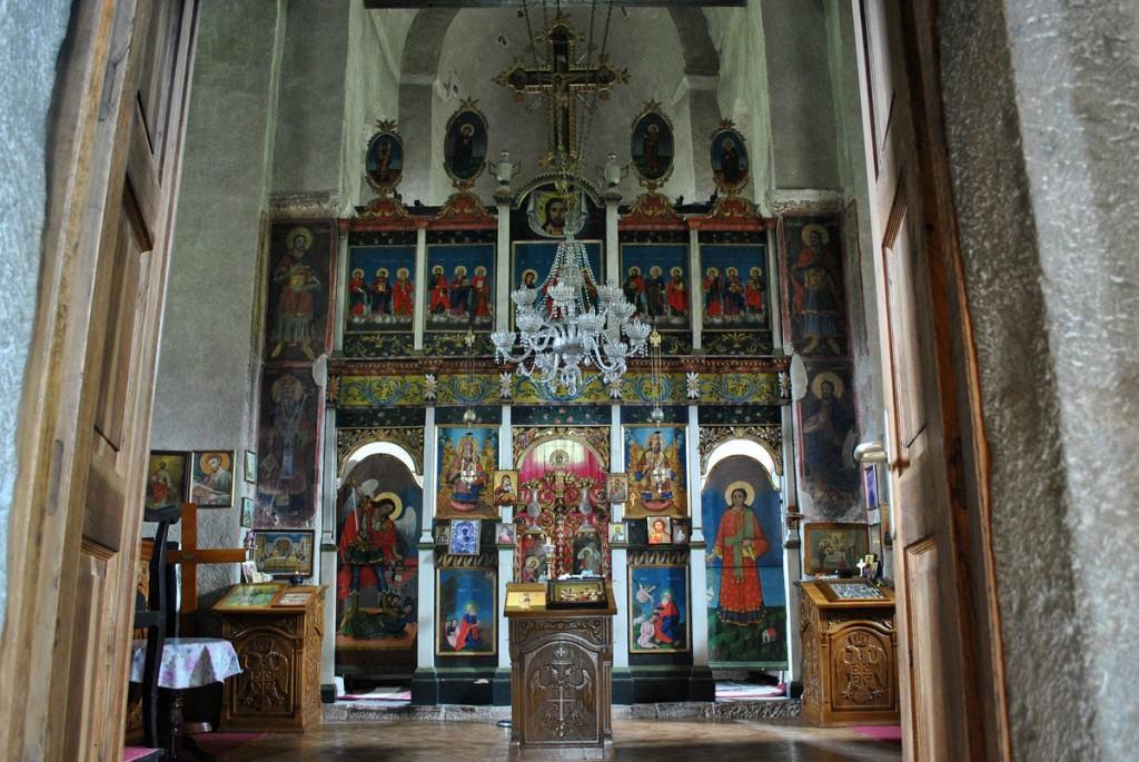 Pogled na ikonostas iz priprate