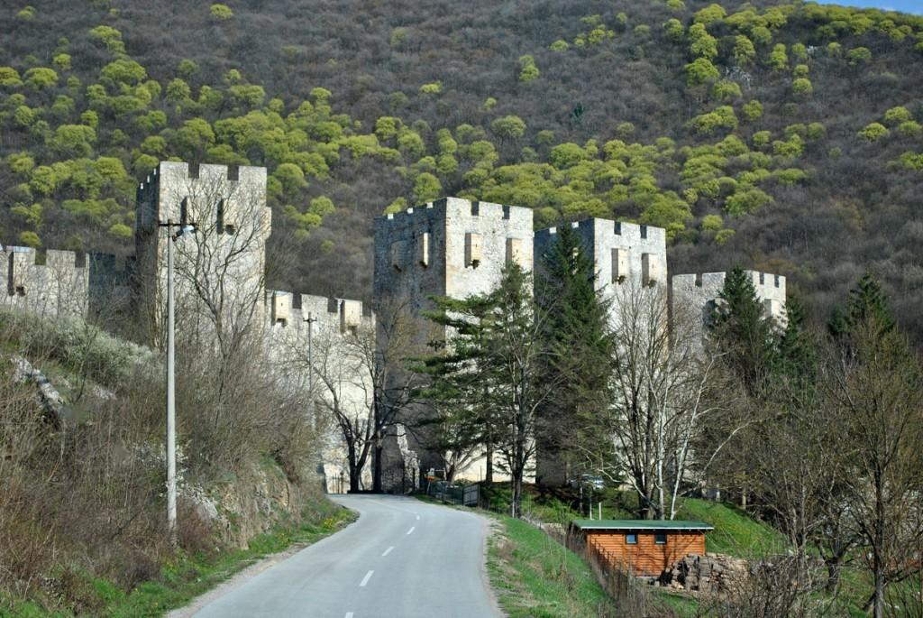 Zidine manastira Manasija, fotografisano iz autobusa u pokretu