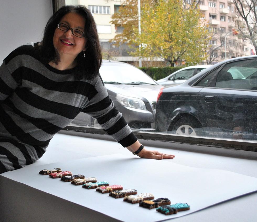 Marija Bujić, autorka izložbe sa poklonom - medenjaci kao stolice rad Sonje Tomić