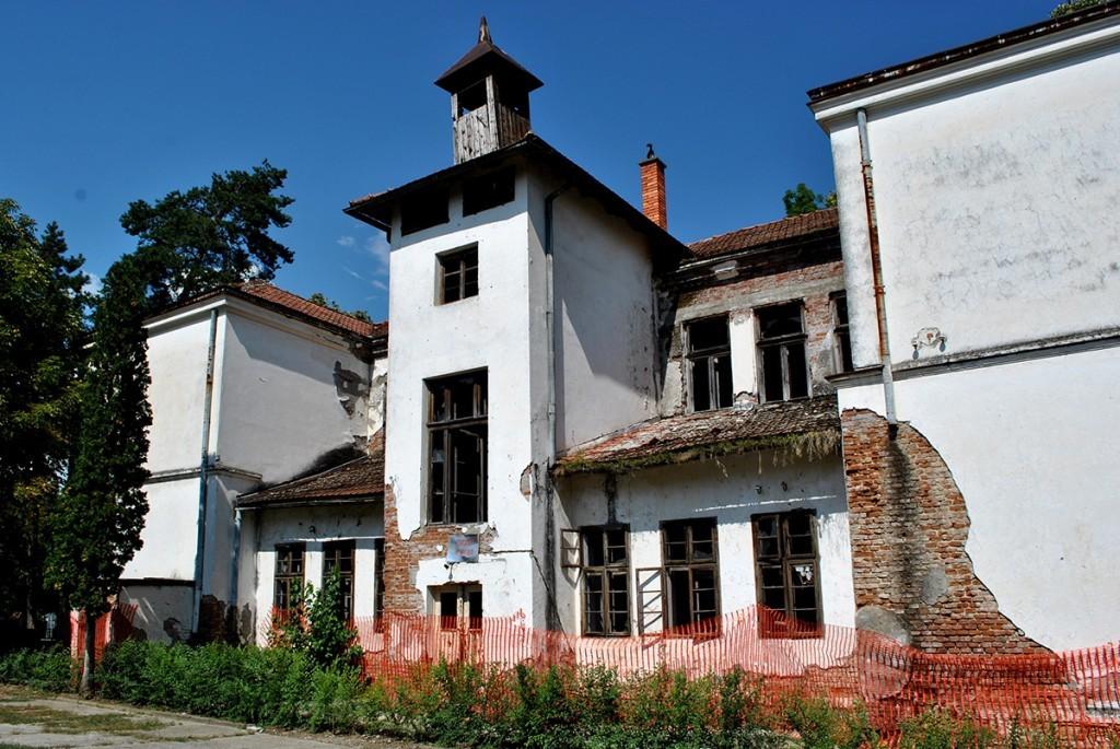 Pogled na dvorišnu fasadu škole u Medveđi