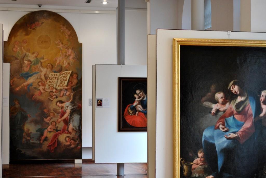 Na desnoj strani fotografije slika 'Raspeće sa Marijom Magdalenom' Martina Altomontea iz 1734.