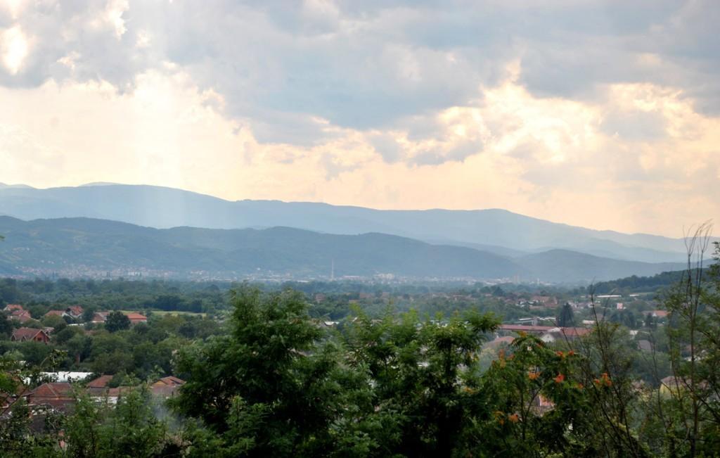 Pogled sa seoskog groblja u selu Medveđa za koje se pretpostavlja da su na njemu rađene ekshumacije