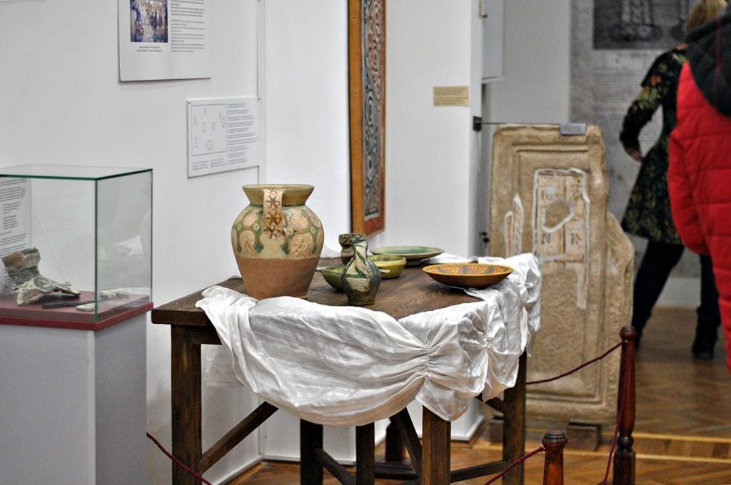 Rekonstrukcija srednjevekovne trpeze prema predstavi na fresci Sveta Trojca iz Dragutinove kapele u Đurđevim stupovima, Fotografija Majda Sikošek