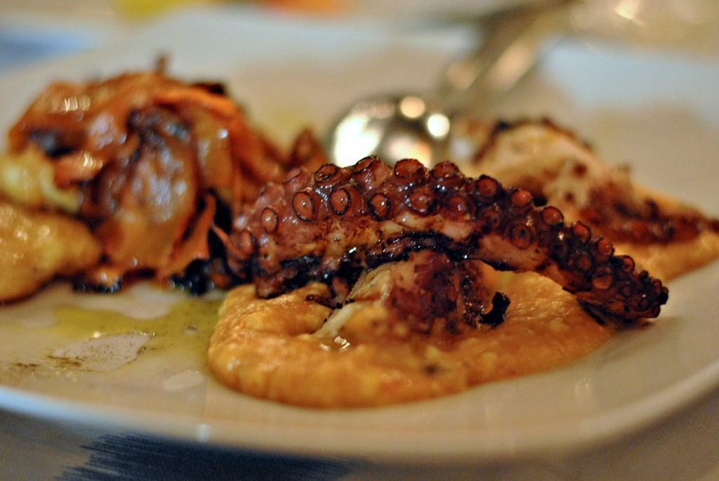 Hobotnica sa pireom od rogača