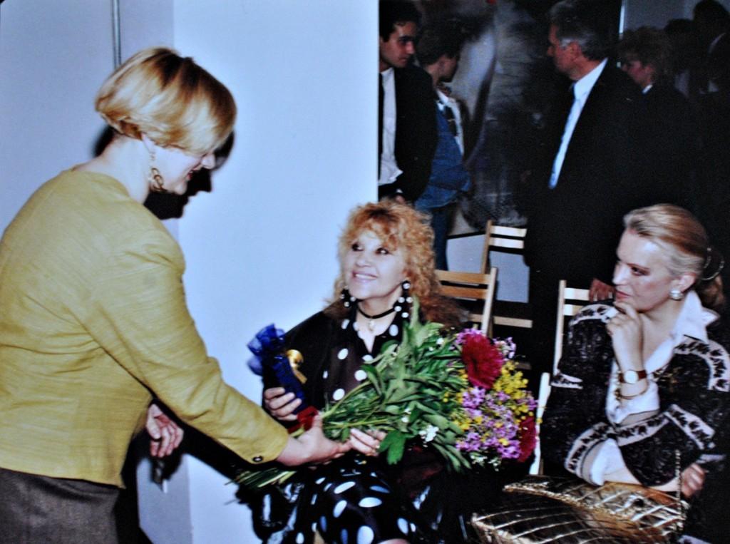 Narečena fotografija - moja malenkost (s leve strane) poklanja buket cvea Olji Ivanjicki na muzičkoj večeri priređenoj u galeriji Dannia Art tokom trajanja njene izložbe, april 1993.