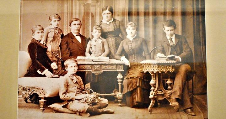 Fotografija porodice Grujić za vreme službovanja u Carigradu 1866. Na slici: Jevrem i Jelena, ćerke Stana, Kosara, Mirka i Milica i sinovi Grujica i Slavko.