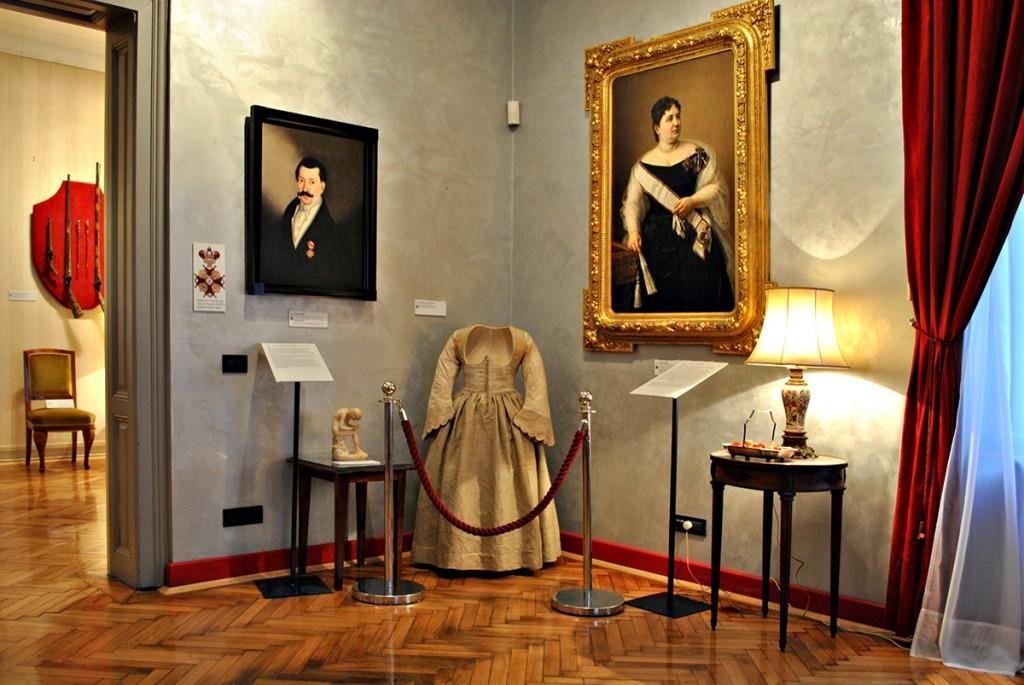Na zidu levo portret Teodora Herbeza, desno portret Jelene Grujić i venčanica