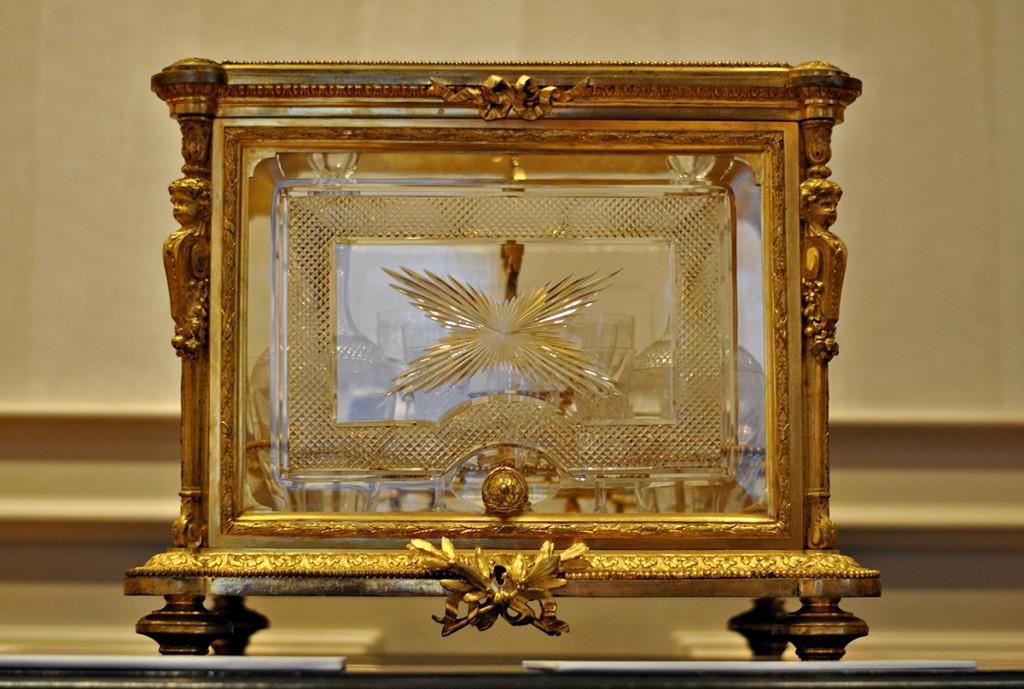 Stakleno-zlatni kovčežić sa servisom za liker. Venčani poklon kralja Milana i kraljice Natalije ćerki Jelene i Jevrema Grujića Stanki