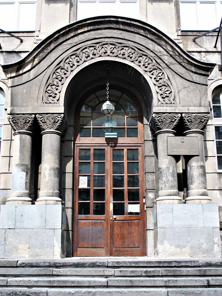 Glavni portal škole sa lukom i kapitelima koji nose elemente dekoracije sprsko-vizantijskog stila