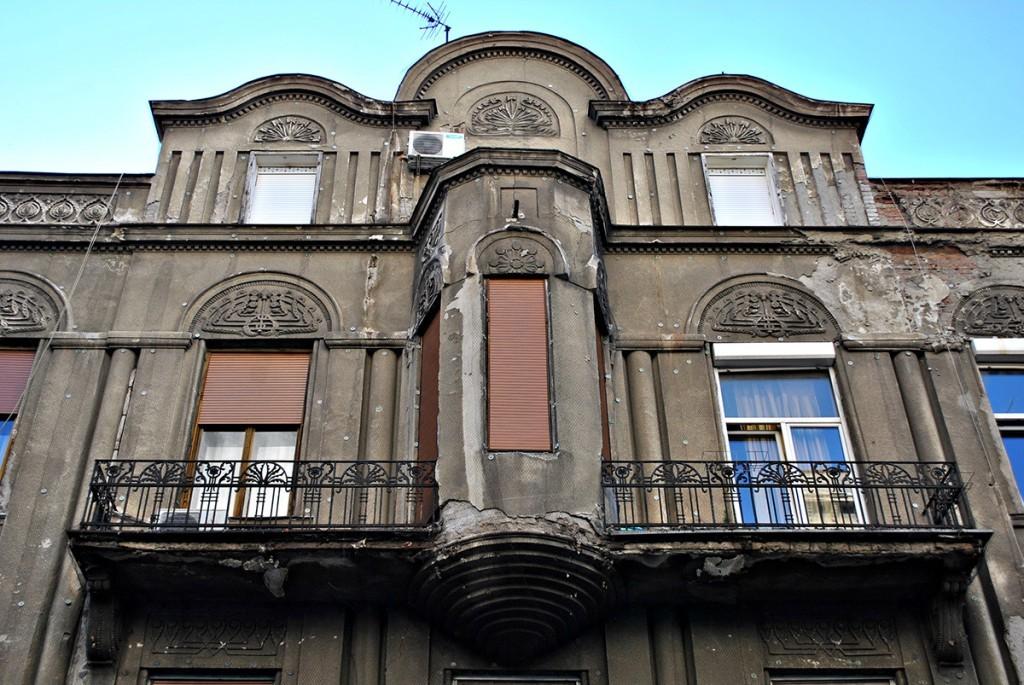 Balkoni i rizalit na fasadi u Kralja Petra