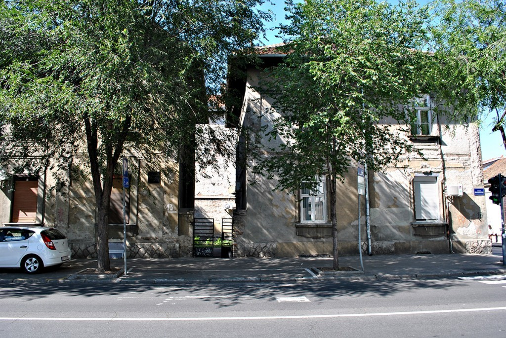 Desno jedna od dve manje zgrade koje su oivičavale prvobitni kompleks, na slici zgrada na uglu Herceg Stjepana