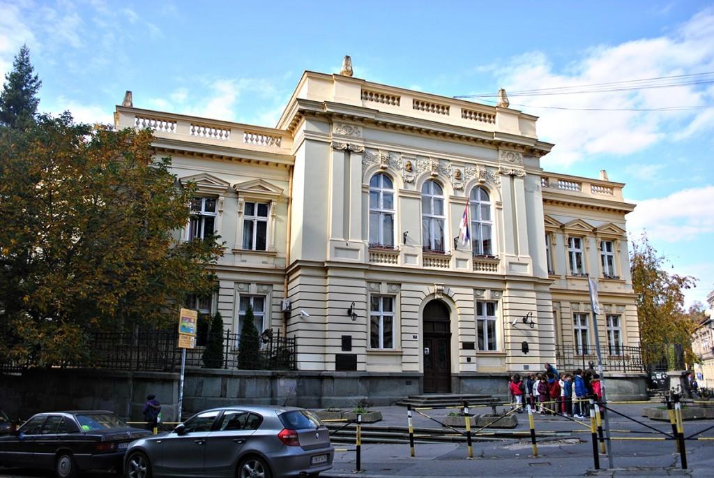 Pogled na glavni ulaz škole Kralja Petra Prvog