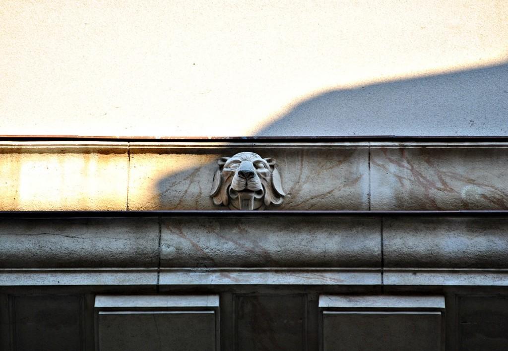 Detalj - glava lava koja se nalazi iznad ukrasne grede iznad prozora na poslednjem spratu. Glave se nalaze iznad greda ove fasade