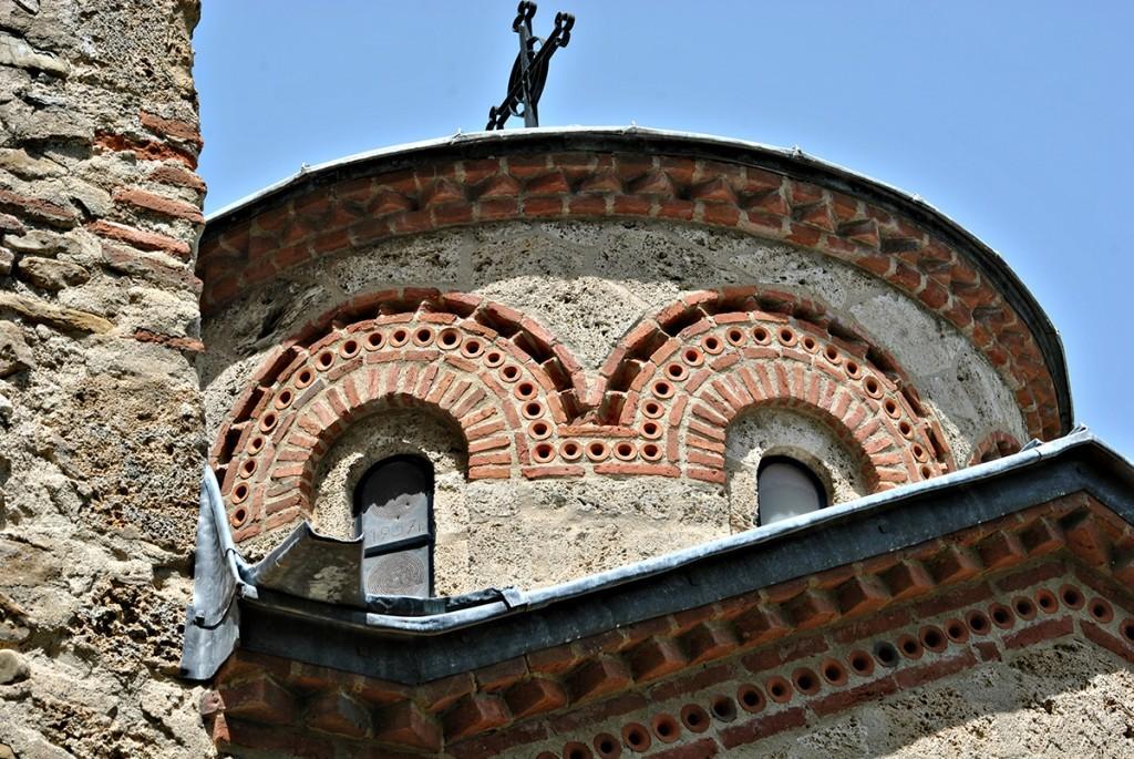 Na limenom pokrivaču prozora na kupoli (levi) cizelirana je godina 1957. kada je rađena prva rekonstrukcija