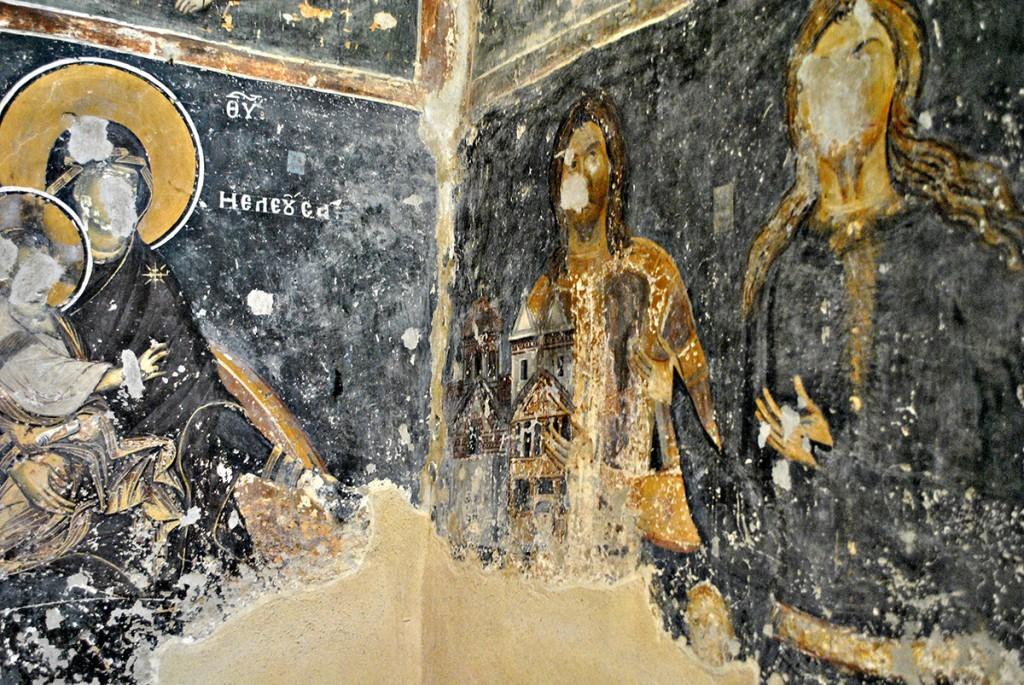 Pogled na ktitorsku kompoticiji. Levo je Bogorodica kojoj ktitori na desnoj strani predaju model crkve
