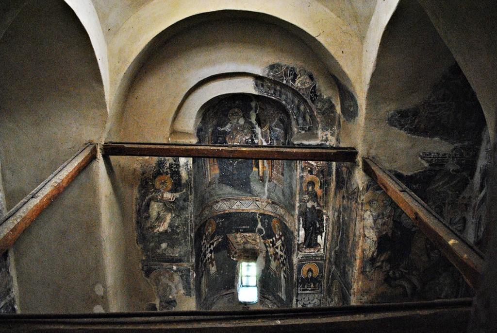 Pogled sa galerije na oltarsku apsidu