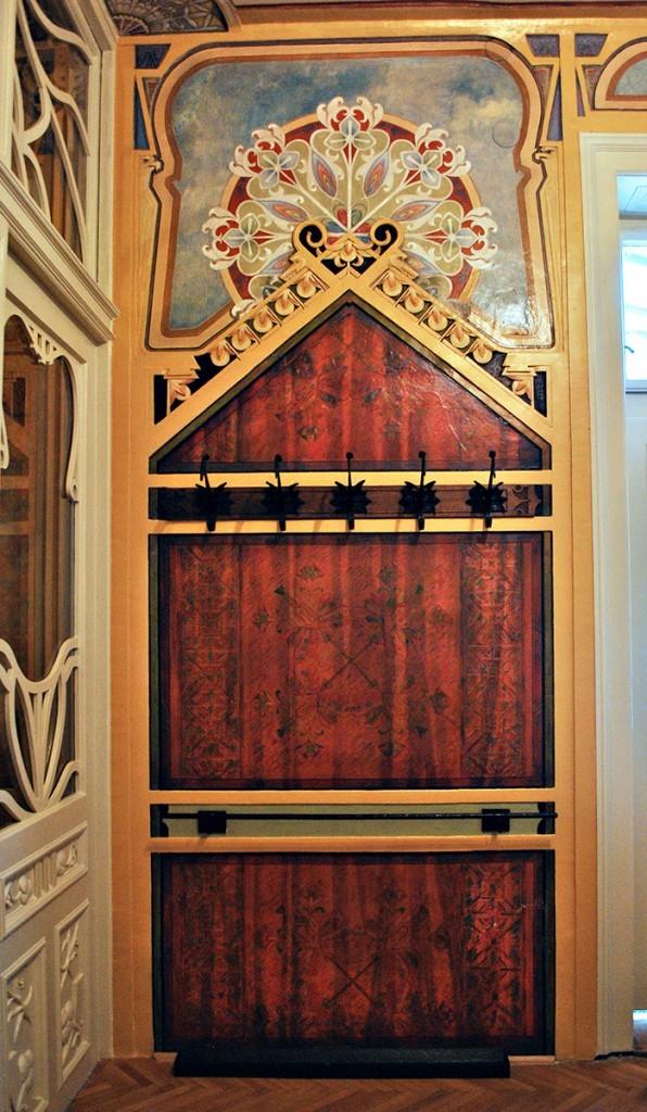 Čiviluk u ulaznom holu, motivi sa ćilima na drvenoj oplati