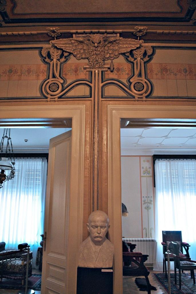 Pogled iz predsoblja na desno salon, levo sobu gospođa Ljubice sa Cvijićevom bistom i sovom u reljefu iznad vrata