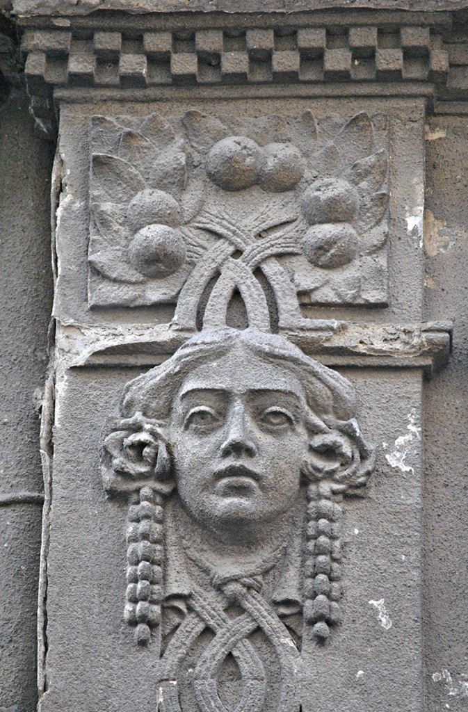 Glava devojke i detalj krovnog friza sa kvadratima