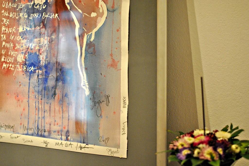 Akvarel sa otvaranja izložbe sa potpisima učesnika u performansu