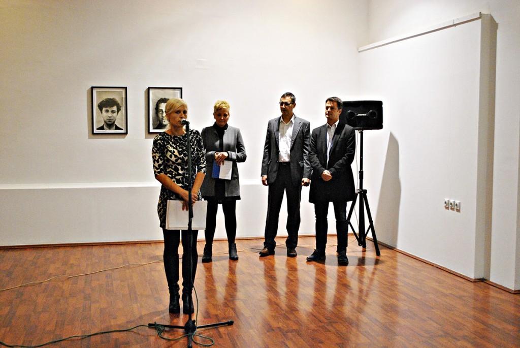 Zvanično otvaranje 12. Bijenala akvarela. Za mikrofonom Sunčica Lambić Fenjčev, iza nje selektorka Bijenala Slađana Petrović Varagić