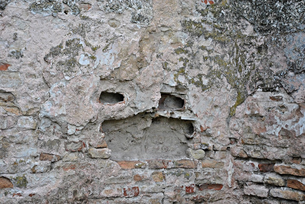 Cevi u zidu kroz koju je prolazila para