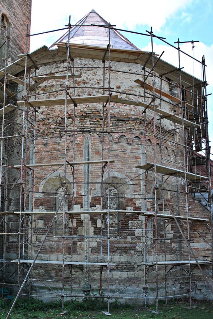 Najstariji deo crkve, romanička oltarska apsida sa prozorima koji su u kasnijim dogradnjama zazidani