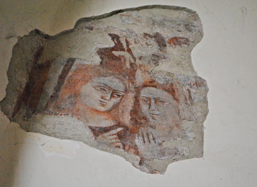 Odmah pored gotičkog luka nalazi se detalj očuvane renesansne freske