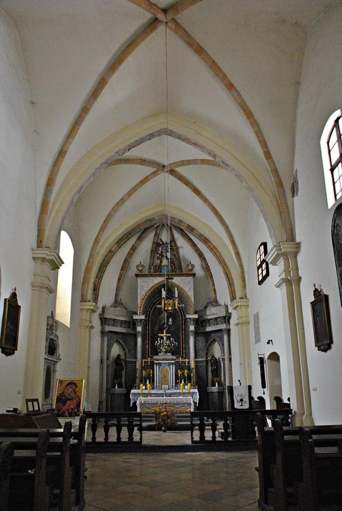 Unutrašnjost crkve sa gotskim svodovima i lukovima