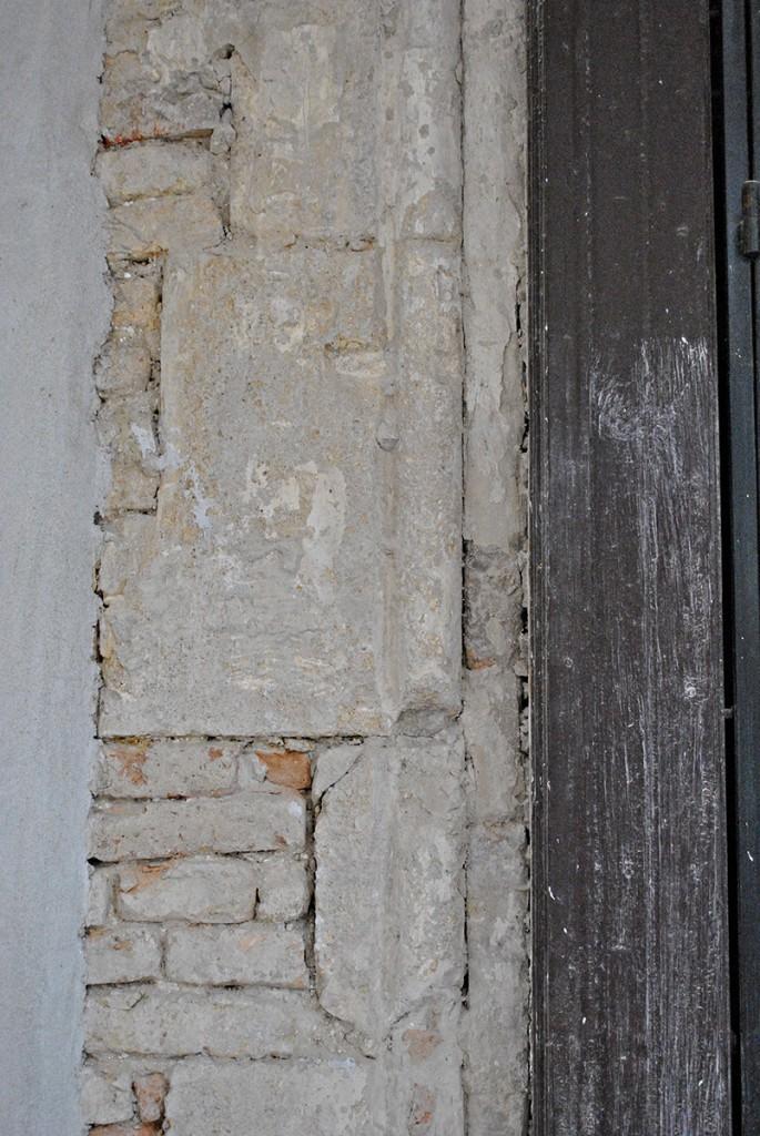 Deo dobratka romaničkog portala. Ako se bolje zagleda primetiće se i malo oštećenje nastalo prilikom mašinskog skidanja fasade