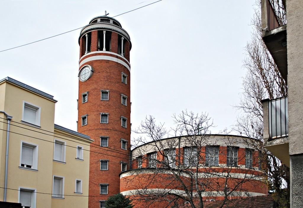 Pogled na crkvu iz Bregalničke ulice, na levoj strani deo zgrade samostana, desno deo stambene zgrade
