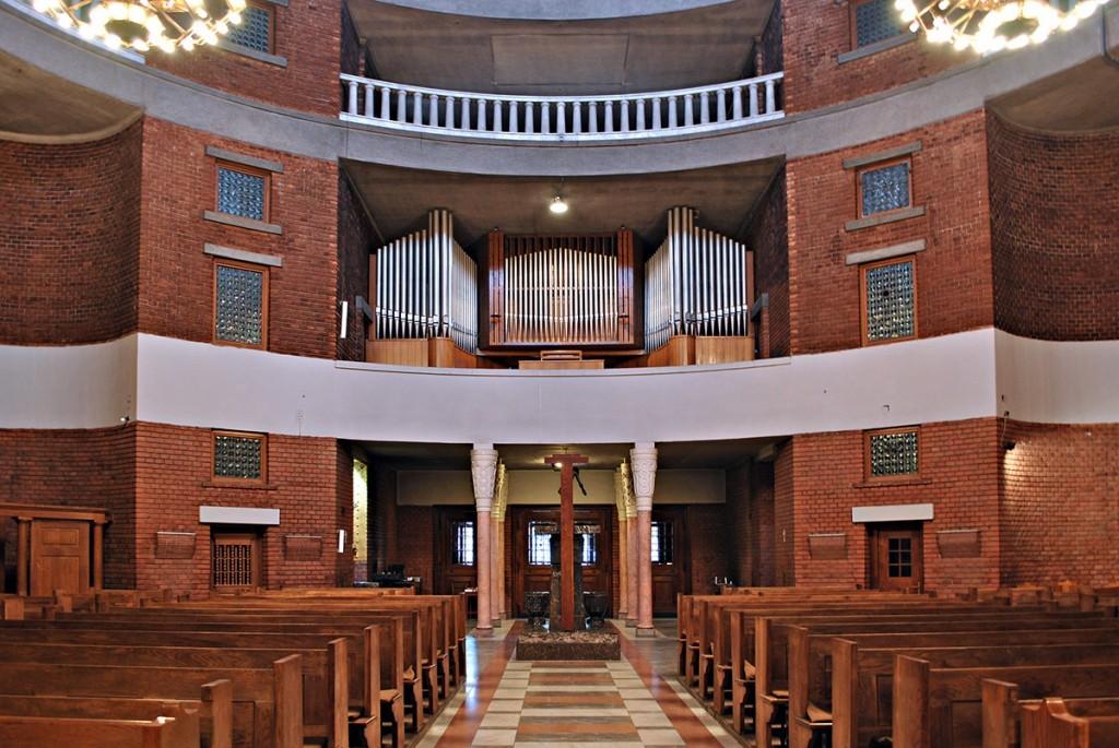 Pogled od oltara ka ulazu, na prvoj galeriji orgulje