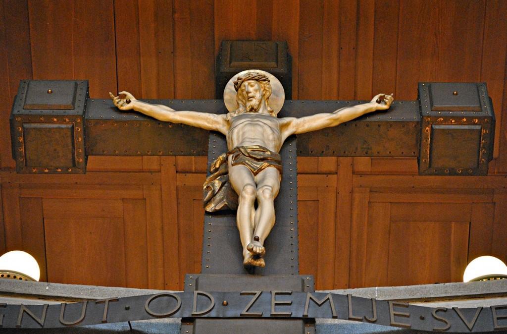 Raspeće u oltarskoj polukružnici
