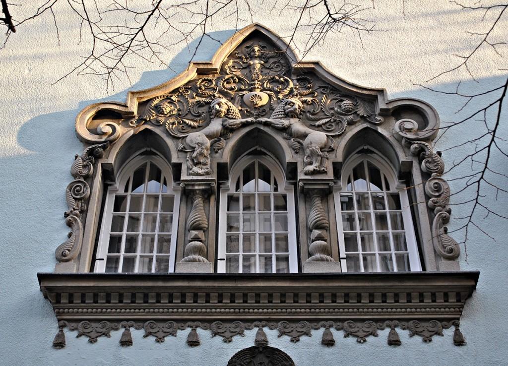 Trifora sa gotičkim prelomljenim lukovima, baroknim volutama i životinjskim, biljnim i antropomorfnim ukrasnim motivima