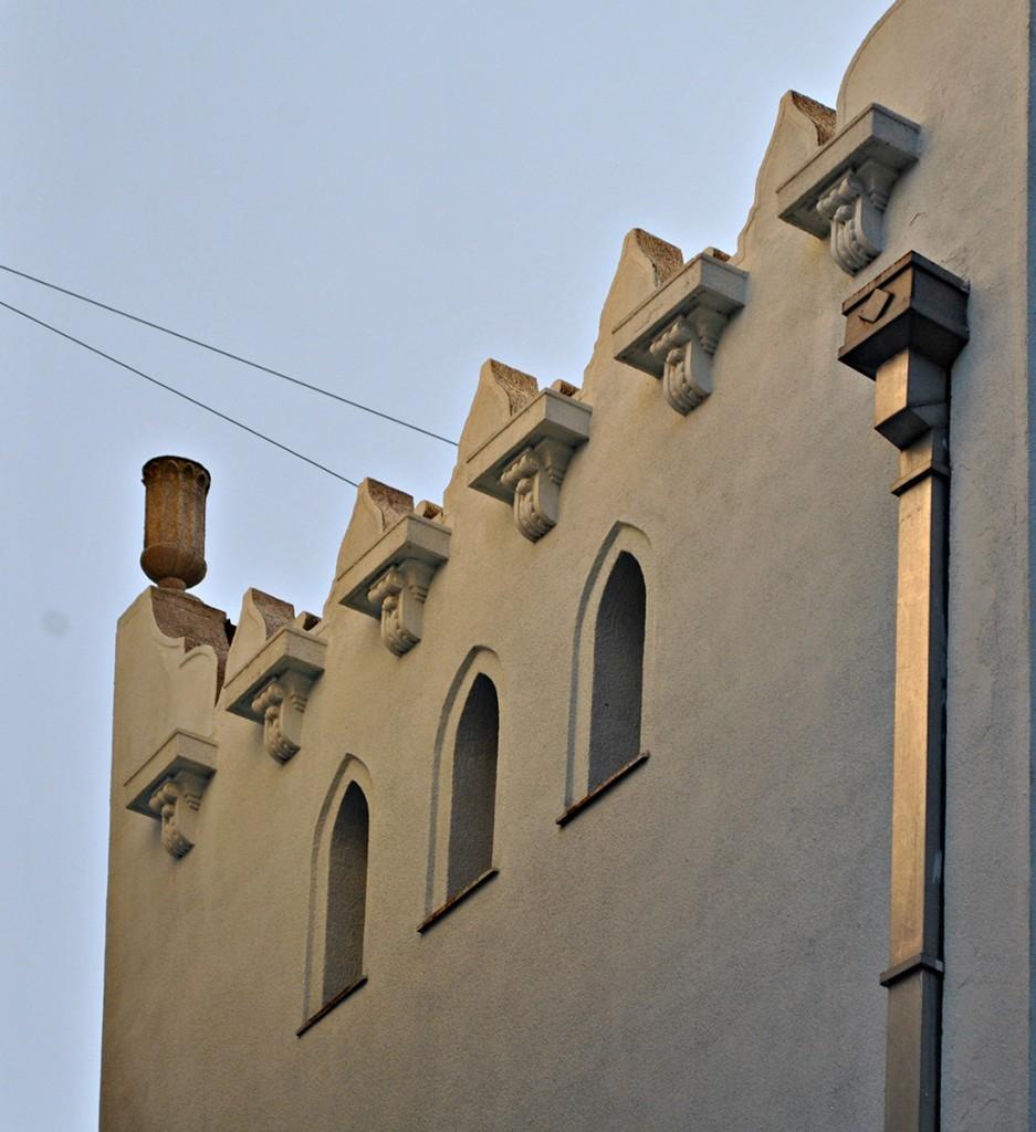 Nazubljena atika, bočna fasada
