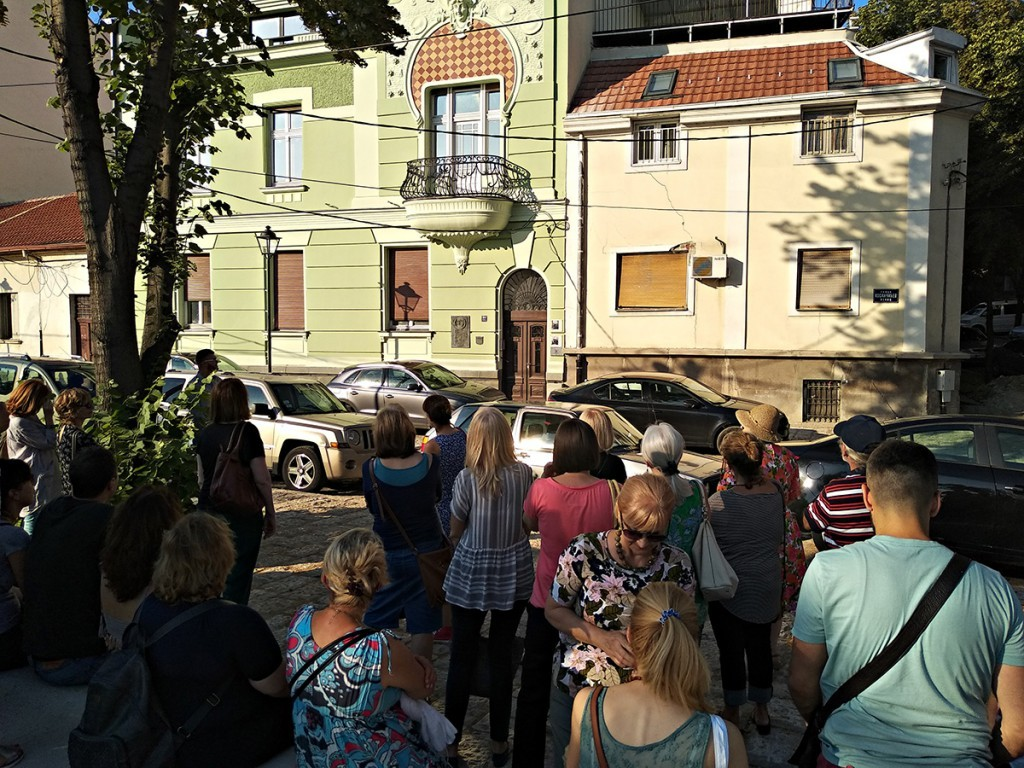Iz prve šetnje, vremeplovci na Kosančićevom vencu ispred kuće Mike Alasa