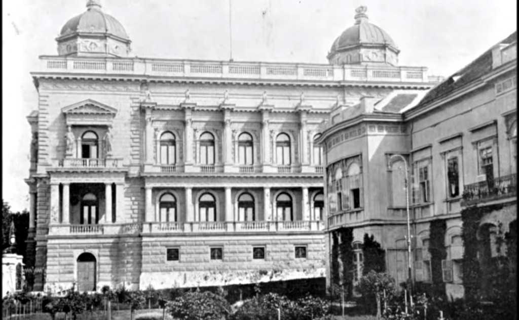 Na desnoj strani fotografije nalazi se Stari konak ili Simićeva kuća u kojoj su bile privatne odaje kraljice Drage i kralja Aleksandra. U centru slike je pogled na Stari dvor u kojem su bile sale za prijem, balske dvorane i službene prostorije kralja i kraljice
