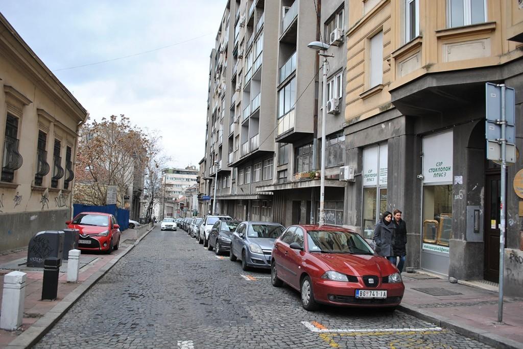 Pogled niz ulic Cara Uroša, na desnoj strani siva veliga zgrada se nalazi na broju 6a gde je nekada stajala kuća u kojoj je jedno vreme bio salon Rebeke Almodaj Jakovljević