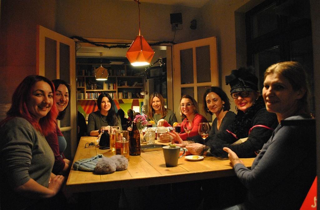 Članice čitalačkog kluba na pred novogodišnjem sastanku. Malo kuvano vino, malo kolačići, malo Rodrigo Munjos Avia, malo Saramago...