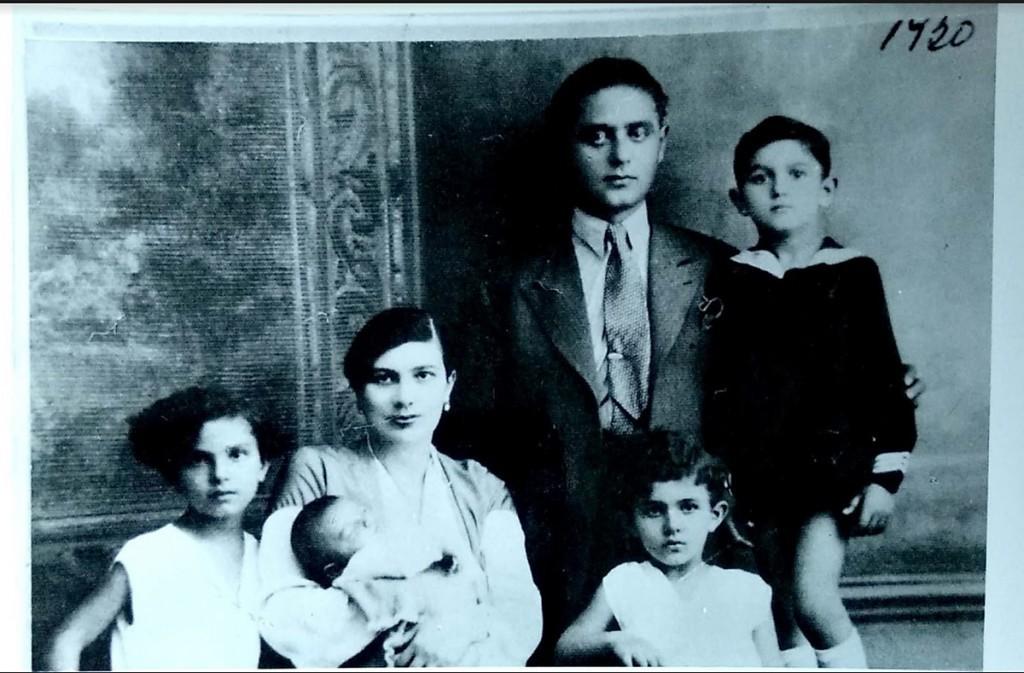 Rebeka Almodaj Jakovljević sa suprugom Samuilom Jakovljevićem i njihovom decom, 1930. Fotografija dobijena zahvaljujući mr Bojani Popović