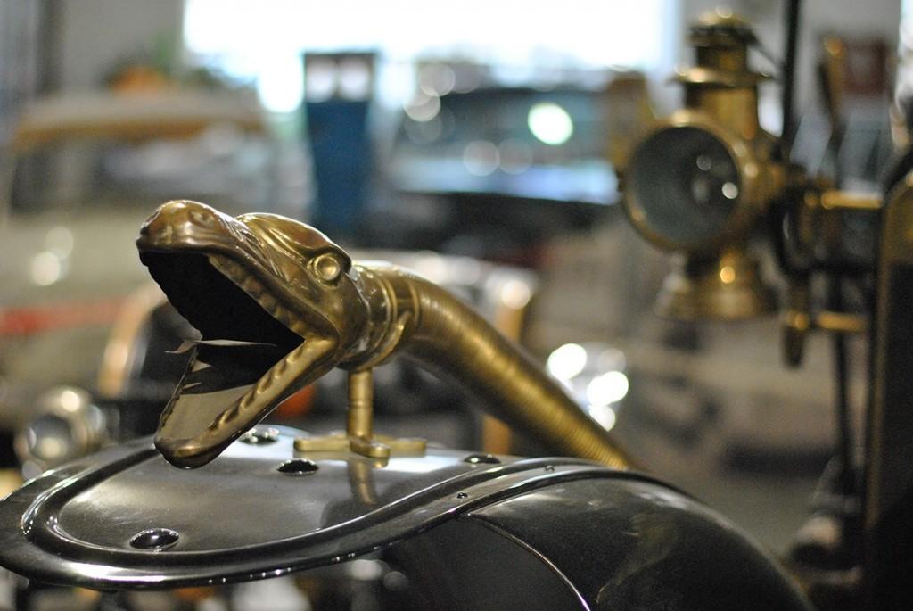 Sirena u obliku zmije na Modelu Šaron iz 1908. Očigledan uticaj secesije u opremanju automobila