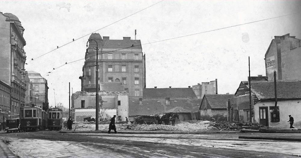 Pogled sa studentskog trga ka Uzun Mirkovoj u trenutku kada je započinjala gradnja stambeno-poslovne zgrade za potrebe Beogradske berze, danas je u njoj smešten Etnografski muzej. Fotografija dobijena zahvaljujući Borisu Belingaru